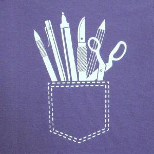 おもしろTシャツ ポケットデザインのTシャツは数あれど、コレはポケットに詰め込みすぎ!「いろいろ詰めすぎ!!」 デザインTシャツ|neigh