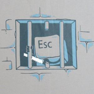 おもしろTシャツ キーボードの牢屋からの脱獄!?「ESCキーの脱獄」あなたのキーボードからも脱走してるかも!? デザインTシャツ|neigh|03