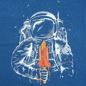おもしろTシャツ 宇宙でスペースシャトル形のアイスをペロリ!?「宇宙飛行士の葛藤」 食べるにはヘルメットが邪魔! デザインTシャツ|neigh