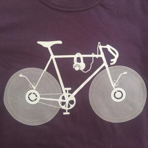 おもしろTシャツ 音楽を電源なしで無限に聴ける夢の自転車!自分でレコードを回す画期的なエコチャリンコがついに登場! デザインTシャツ|neigh