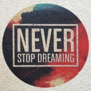 グラフィックTシャツ 「NEVER STOP DREAMING」 おしゃれなグラフィックデザインTシャツ|neigh