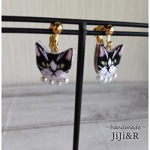小粒刺繍猫イヤリング ハチワレ|nekote-shop