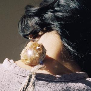 カネコアヤノ、流通盤としてはアルバム『祝祭』より1年ぶりとなる新作をリリース。ここ数作を通じ活動を共...