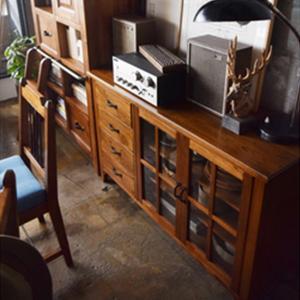 【商品について】 レトロスタイルやヴィンテージスタイルのお部屋にマッチするワイドキャビネットです。 ...