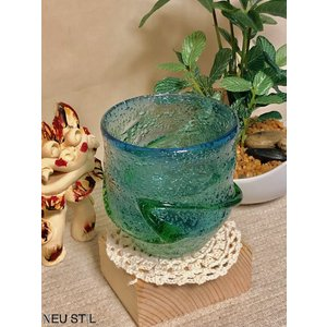 琉球ガラスの現代の名工にも選出された、父・盛吉氏に師事。 盛一郎さんの作品は全て昔ながらの廃瓶を利用...