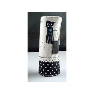 ちょこんと佇む黒ネコちゃんと水玉模様がとってもかわいい帆布製のペンケースです。 巻き巻きと巻いていく...