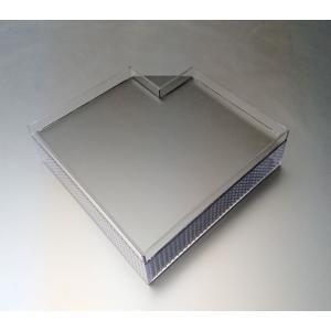 湿度調整用のプールが四角いハート型の25センチ角のシェルターです。  側板はパンチングボードで通気性...