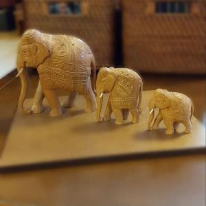 象 ゾウ 白檀 置物 中サイズ(母さん)|nichirin