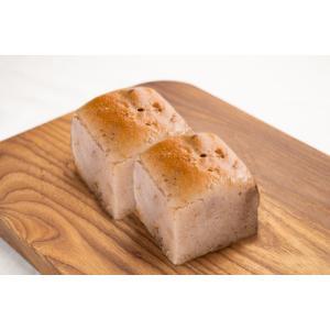 米粉100%の生地に、無添加のくるみを当日ローストしてしぶ皮を取って焼き上げた香ばしい美味しさのパン...