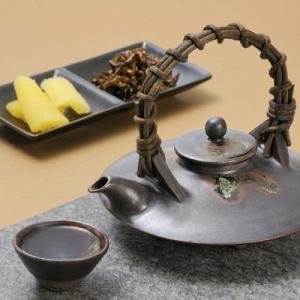 【黒ジョカは、海に浮かぶ桜島をヒントに初代長太郎が考案し、名付けた焼酎の器で、黒ジョカで飲む焼酎のお...