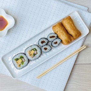 オードブル皿 長皿 11.5号 29.7cm レリーフ さんま皿 白磁 おしゃれ プレート レンジOK 軽い オ ードブル カフェ|nishida-store