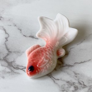 箸置き カトラリーレスト おしゃれ  6cm 金魚レリーフ  スプーン置き ハンドメイド 高級 白磁 かわいい シンプル|nishida-store
