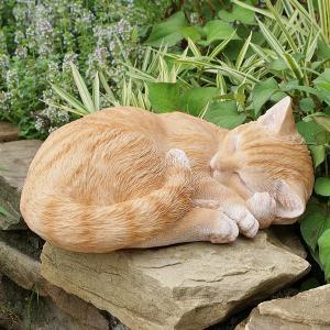眠り猫の置物  -茶トラ- (置物 オーナメント 庭 かわい...
