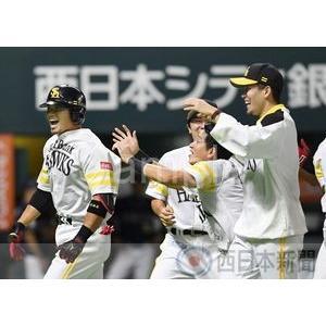 サヨナラ本塁打の吉村を笑顔で祝福する千賀【ホークスナイン20...