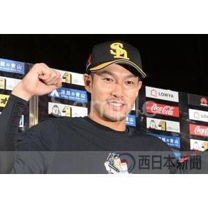 【ソフトバンク−西武(10)】お立ち台でポーズを決める柳田【...