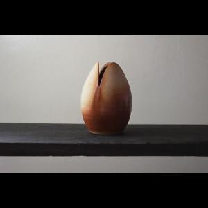 花を美しく魅せるモダンな器 陶芸作家 大江一人  Tubomi  Flower  Vase  花器  花瓶 一輪挿し 作家の器 作家物  ブラウン ベージュ系|nontitletokyo