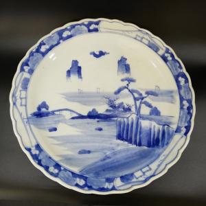 伊万里の大皿です。 柳がしなやかに描かれています。 素地の白の部分とのバランスがとても上品です。  ...