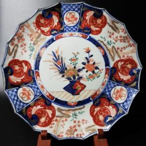 伊万里の明治初期の作品です。  「花籠」とは、文字通り「籠」に飾られた「花」の絵柄を表します。唐代中...