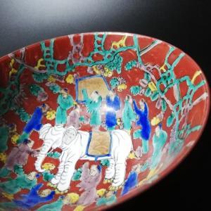 壮気あふれるダイナミックな色彩は、九谷焼を代表する伝統柄のひとつです。  全面を覆う渋みのある深い赤...