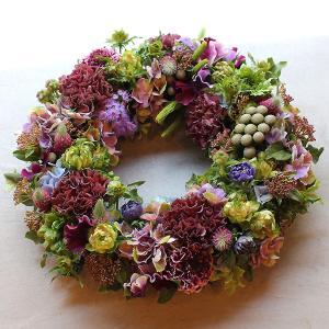 可愛らしいテイストの小花をたくさん使って作ったフラワーリース|novo|02