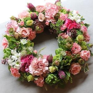 可愛らしいテイストの小花をたくさん使って作ったフラワーリース|novo|04