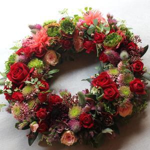 可愛らしいテイストの小花をたくさん使って作ったフラワーリース|novo|05