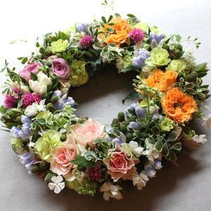 可愛らしいテイストの小花をたくさん使って作ったフラワーリース|novo|06