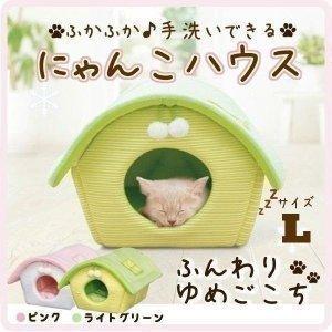 リバーシブルで1年中使える、やわらか素材の猫用ハウスです♪ 猫が遊べるボンボンと、ねこじゃらしを入れ...