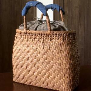 山葡萄のかごバッグと手紡ぎ綿糸を草木染し手織りした布の落とし...