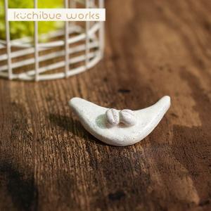 陶器ブローチ 小鳥とコーヒー豆の陶器ブローチ【kuchibueworks】ブローチ/レディース/洋服/女性/アクセサリー 祝い 誕生日 贈り物 退職 結婚 記念 引っ越し ブ|okayulabo