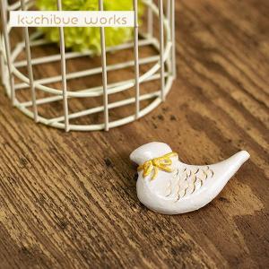 陶器ブローチ リボンをつけた鳥さんの可愛い陶器ブローチ【kuchibueworks】ブローチ/レディース/洋服/女性/アクセサリー 祝い 誕生日 贈り物 退職 結婚 記念 引|okayulabo
