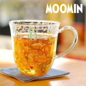 アルファベットとムーミンの仲間たちのイラストが細かくデザインされたお洒落な耐熱マグカップ  ■ カラ...