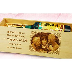 【敬老の日にもおすすめ!】お孫さんなど家族の写真を焼き入れ!おもいで焼印木箱と「金箔入り」焼酎「福金山」720mL|okurusake