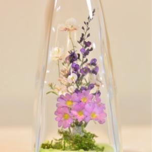 おもてなしギフト フラワーボトル 生花を色や形をそのままに、3ヶ月から半年間(保存状態によっては更に長期間)綺麗に咲かせます 四角すい型ボトル|omotenashigift|02