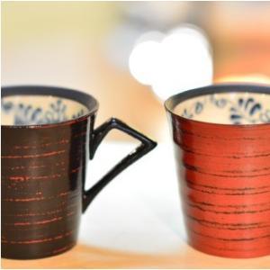 おもてなしギフト 漆の器 輪島の漆塗り、美濃の陶器が出会った漆陶 二つの日本の伝統を同時に味わう まるで木のよう 渕唐草模様のペアマグカップ|omotenashigift|02