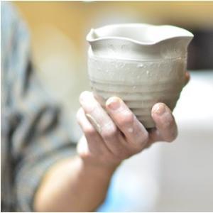 おもてなしギフト 漆の器 輪島の漆塗り、美濃の陶器が出会った漆陶 二つの日本の伝統を同時に味わう まるで木のよう 渕唐草模様のペアマグカップ|omotenashigift|05