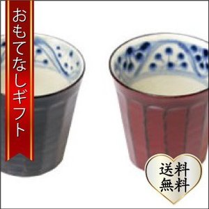 おもてなしギフト 漆の器 輪島の漆塗り、美濃の陶器が出会った漆陶 二つの日本の伝統を同時に味わう まるで木よう 花紋模様のペア面取り湯呑|omotenashigift