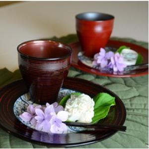 おもてなしギフト 漆の器 輪島の漆塗り、美濃の陶器が出会った漆陶 二つの日本の伝統を同時に味わう まるで木のよう 渦紋模様のワイドリム皿|omotenashigift|04