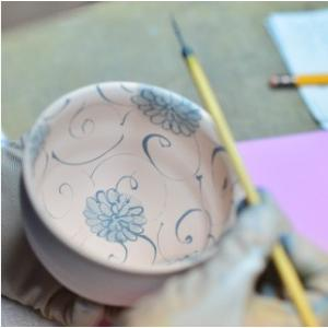 おもてなしギフト 漆の器 輪島の漆塗り、美濃の陶器が出会った漆陶 二つの日本の伝統を同時に味わう まるで木のよう 渦紋模様のワイドリム皿|omotenashigift|05
