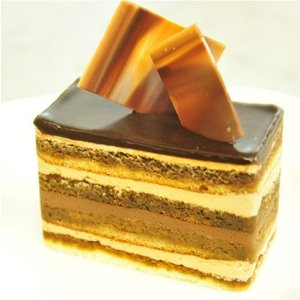 おもてなしギフト ケーキ 横浜のコラシオンのオペラケーキ 何層にも重ねた異なる味の層が深みのある味わいを伝えます|omotenashigift|02