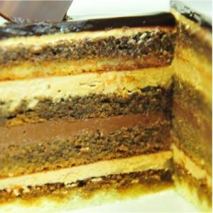 おもてなしギフト ケーキ 横浜のコラシオンのオペラケーキ 何層にも重ねた異なる味の層が深みのある味わいを伝えます|omotenashigift|04