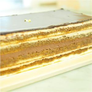 おもてなしギフト ケーキ 横浜のコラシオンのオペラケーキ 何層にも重ねた異なる味の層が深みのある味わいを伝えます|omotenashigift|06