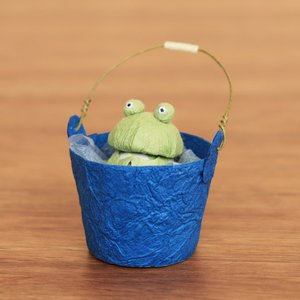 ケロケロ(かえる)がバケツの中で水浴びをしています。 ケロケロはバケツから取り出すことができ、バケツ...
