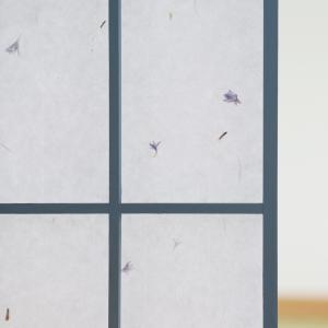 白地の和紙に、コーンフラワーのドライハーブが漉き込まれた障子紙です。こちらの障子紙は、障子のりで貼る...