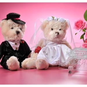 結婚のお祝いに喜ばれる贈り物  新郎新婦の名前をいれた名入れギフト。純白のウェディングドレスとタキシ...