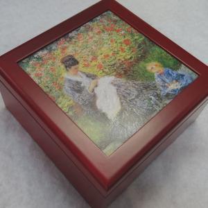 曲目選択 正方形(モネ/刺繍をする母と子)アートボックス 宝石箱オルゴール|orugoruya