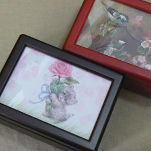 曲目選択 蓋ガラス アートボックス(ネコのプレゼント) オルゴール|orugoruya