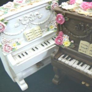 レジン製 アップライト(縦型)ピアノ オルゴール バラの飾り (ワインと黒) |orugoruya