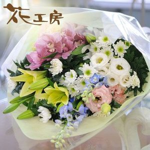 【商品情報】 菊や百合のお花をミックスし、そのとき入荷の新鮮なお花で作成する お彼岸やお盆、月命日等...