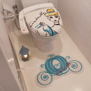 プリンセスシンデレラトイレフタカバー(温水便座用)&トイレマット2点セット【Disney/ディズニー】の写真